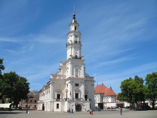На фото изображена ратуша Каунаса