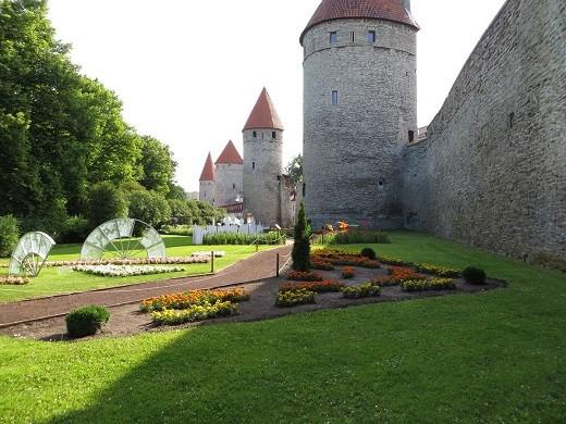 На фото представлена Башенная площадь Таллина