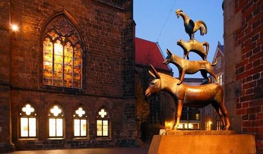 На фото изображен памятник бременским музыкантам