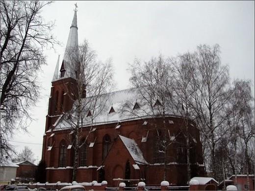 Римско-католическая церковь отличается высокими сводами и очень красивым алтарем с алтарной живописью.