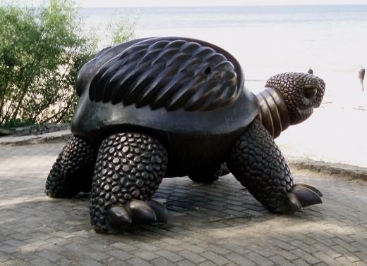 На фото скульптура черепахи в Юрмале