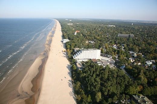 На снимке представлено Рижское побережье Юрмалы