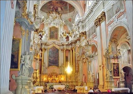 Костел Святой Терезы изнутри на снимке