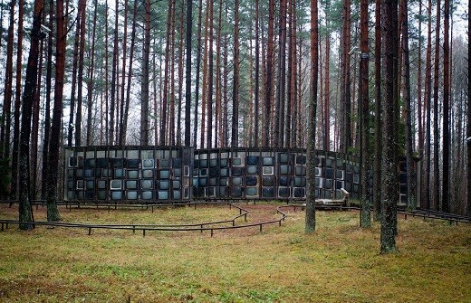 Лабиринт из телевизоров в Парке Европы на фото