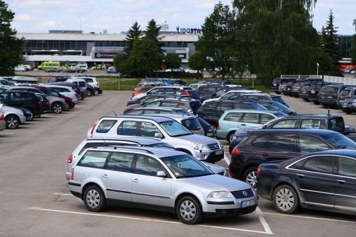 На фото изображена парковка аэропорта «Рига»