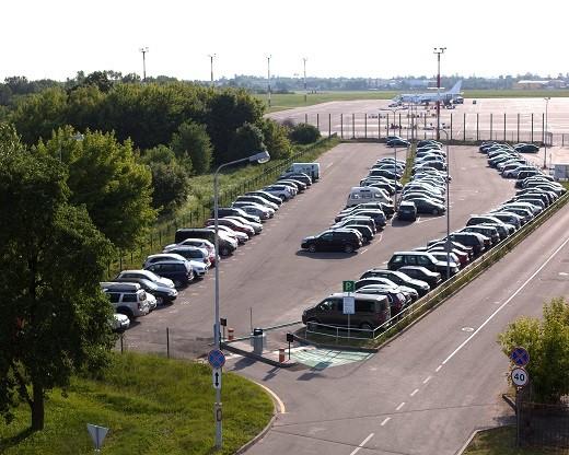 Парковка в аэропорту Вильнюса на фото