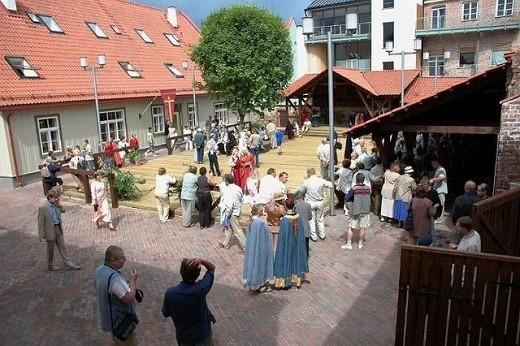 Подворье делится на три здания – дом мастеров, здание гильдии и гончарная мастерская