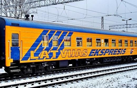 На фотографии изображен фирменный поезд 001Р Латвия Экспресс