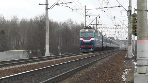 На фотографии виден поезд, движущийся по маршруту Москва-Брест-Вильнюс