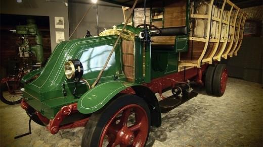 Экспонат выставки старинных автомобилей в Юрмале на фото