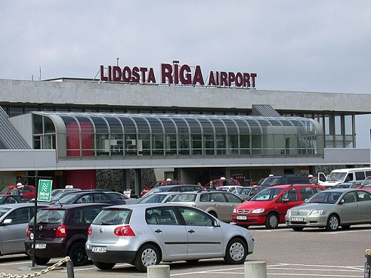 Стоянка аэропорта, на которой должны стоять арендуемые автомобили, на фото