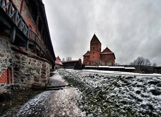 На фотографии изображен Тракайский замок зимой