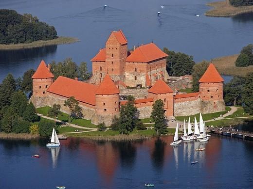 На фото представлен Тракайский замок