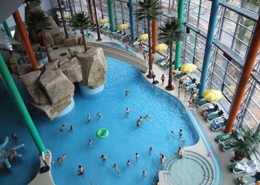 На снимке аквапарк изнутри