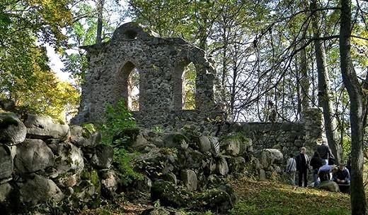 На фото изображены остатки Кримлудского замка