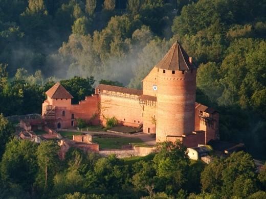 На фотографии изображен Турайдский замок