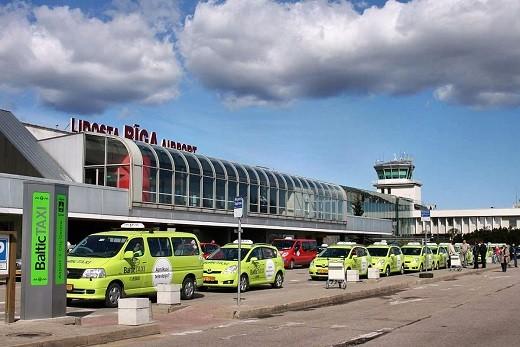 На фотографии основное здание аэропорта