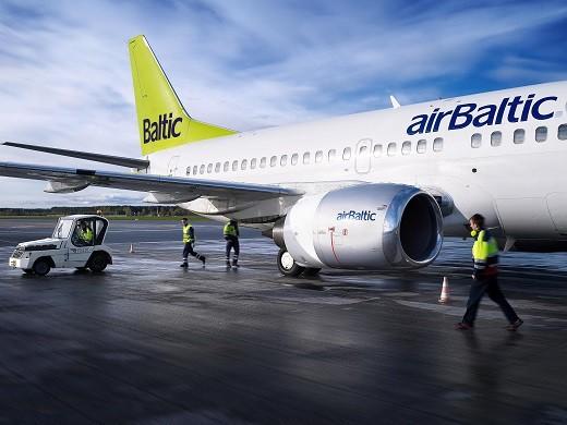 На фотографии представлен самолет авиакомпании Airbaltic