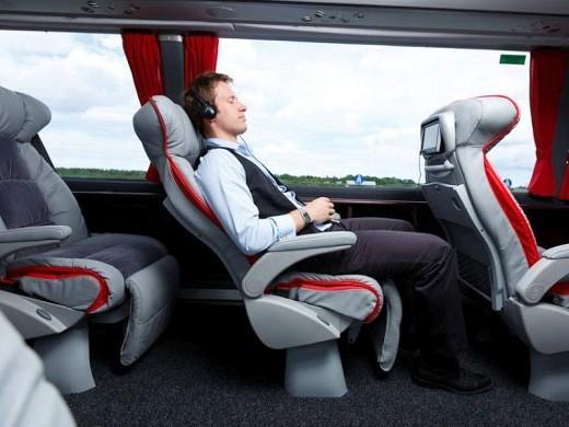 Комфортабельный автобус, следующий по направлению Москва-Рига-Москва