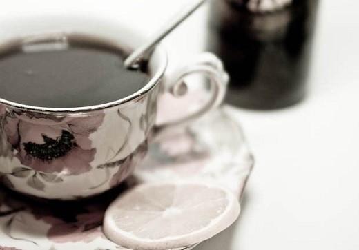 На фото изображен чай с рижским бальзамом