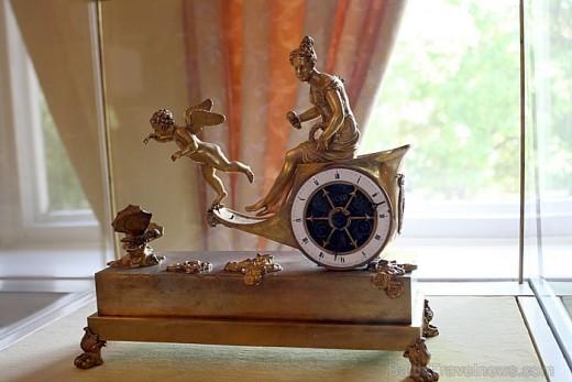 Экспонат в музее часов на снимке