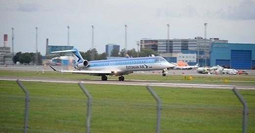 Самолет авиакомпании Estonian-air на фотографии