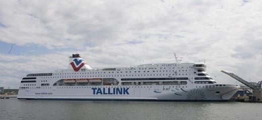 На снимке изображен круизный лайнер из Таллина в Стокгольм