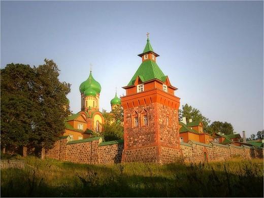 Пюхтицкий успенский монастырь осенью на снимке