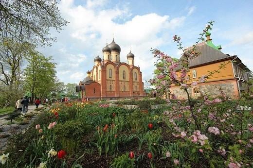 Пюхтицкий успенский женский монастырь летом на фотографии