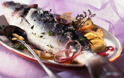 На фото представлена соленая селедка с луком, которая является частым гостем на столе латышей
