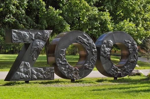 На фотографии изображена скульптура, указывающая на вход в зоопарк