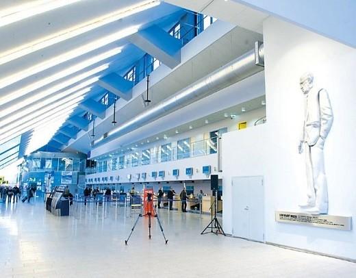 Таллинский аэропорт изнутри на снимке