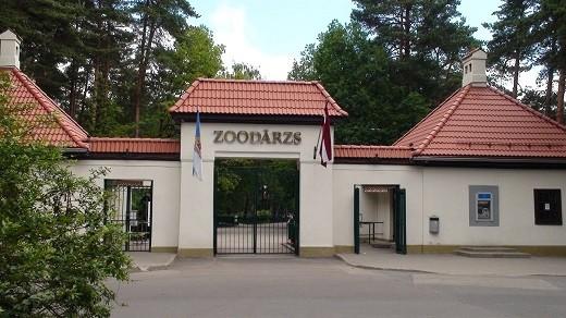 На фотографии изображен вход в Рижский зоопарк