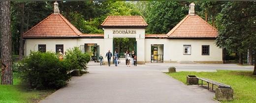 На снимке представлен центральный вход в Рижский зоопарк