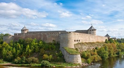 На фотографии главная достопримечательность Нарвы - крепость Германа