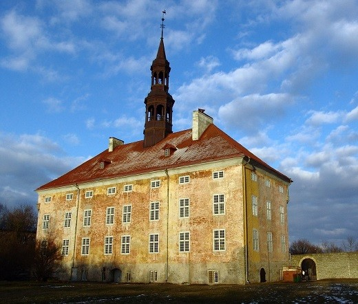 На фотографии изображена Нарвская ратуша