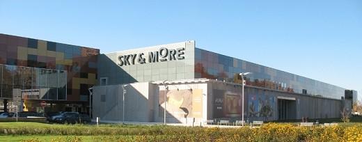 На снимке представлен торговый центр Sky More в Риге