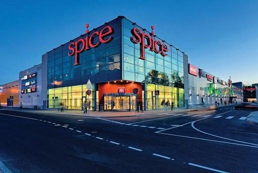 Фасад торгового центра Spice в Риге изображен на фотографии