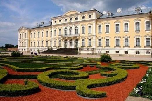 На фото главный фасад Рундальского дворца