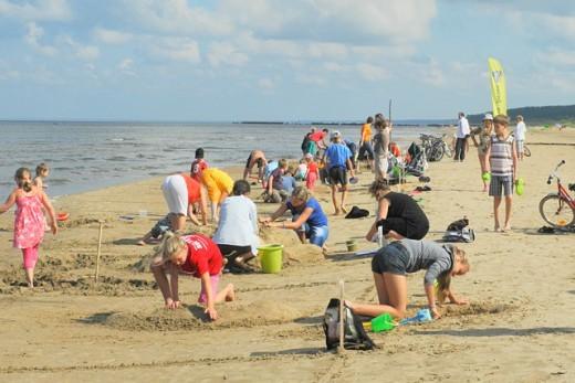 Июльский зной на пляже в Нарве на фото