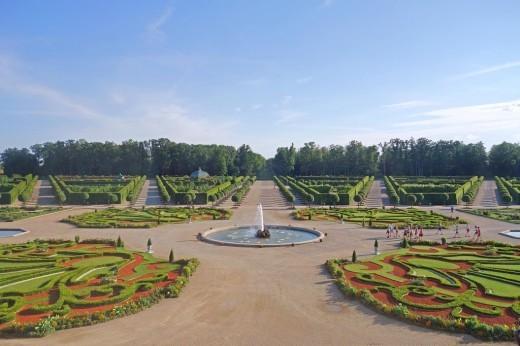 Парк Рундальского дворца на изображении