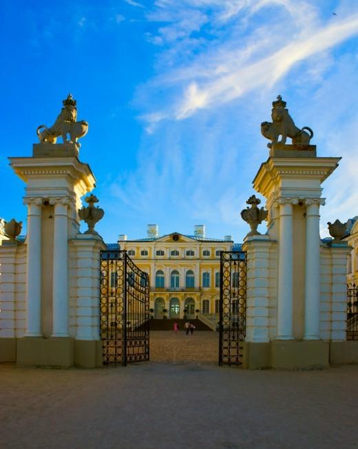 На фотографии ворота Рундальского дворца