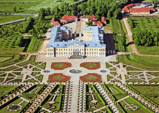 На фото показан вид Рундальского замка сверху