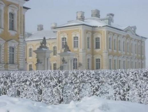 Зимний вид на Рундальский дворец на фото